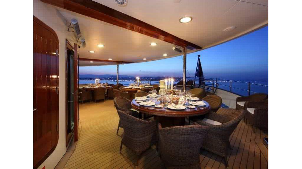 Yacht Meya Meya alfresco dining