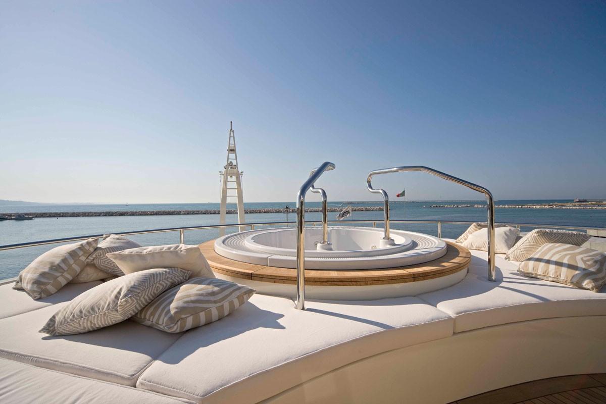 Jacuzzi Pool: Yacht LIGHT HOLIC's Upper Deck Captured