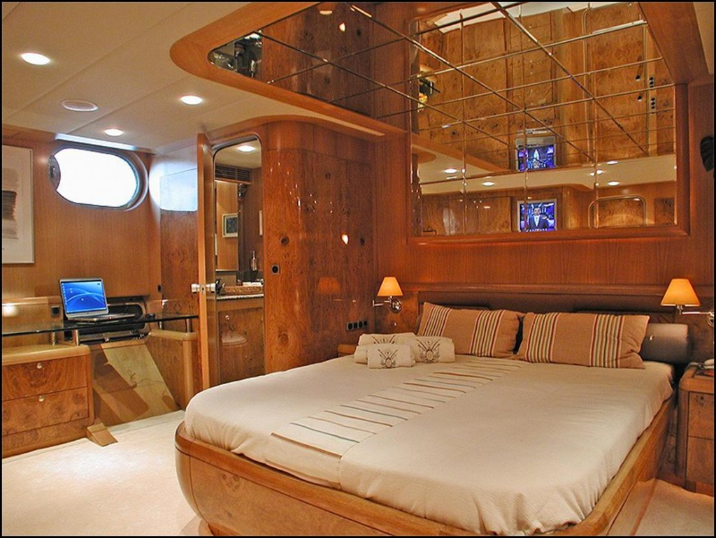 Very Spacious Cabin With Desk Tv And Ensuite