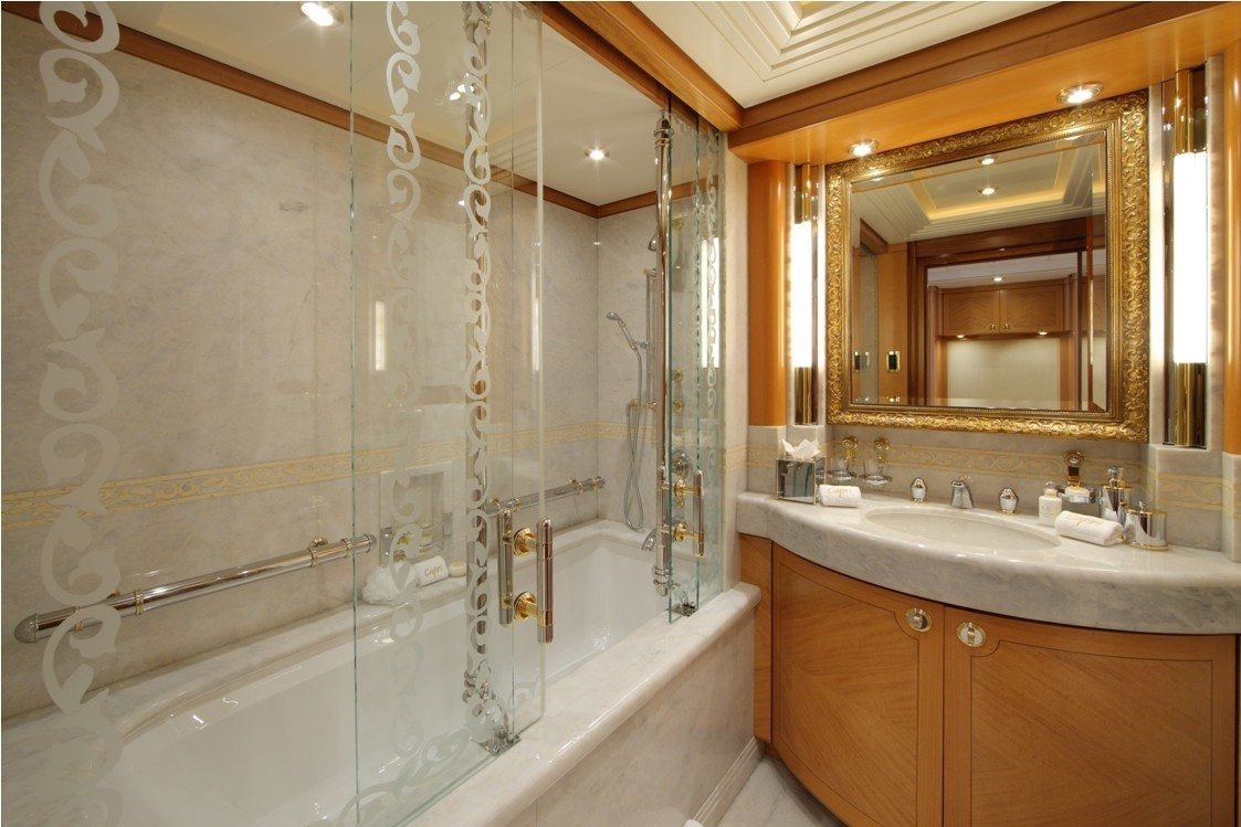 VIP Twin Bed Bath On Yacht CAPRI