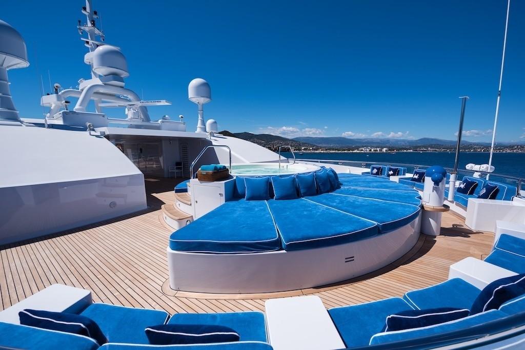 Life On Yacht QUEEN MIRI
