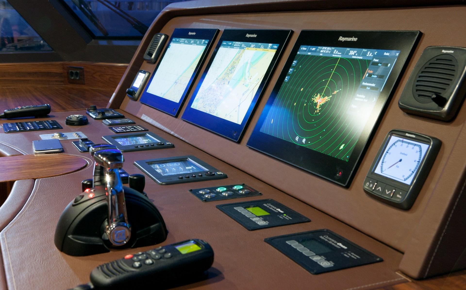 Yacht FIREFLY By Mulder - Bridge Instruments