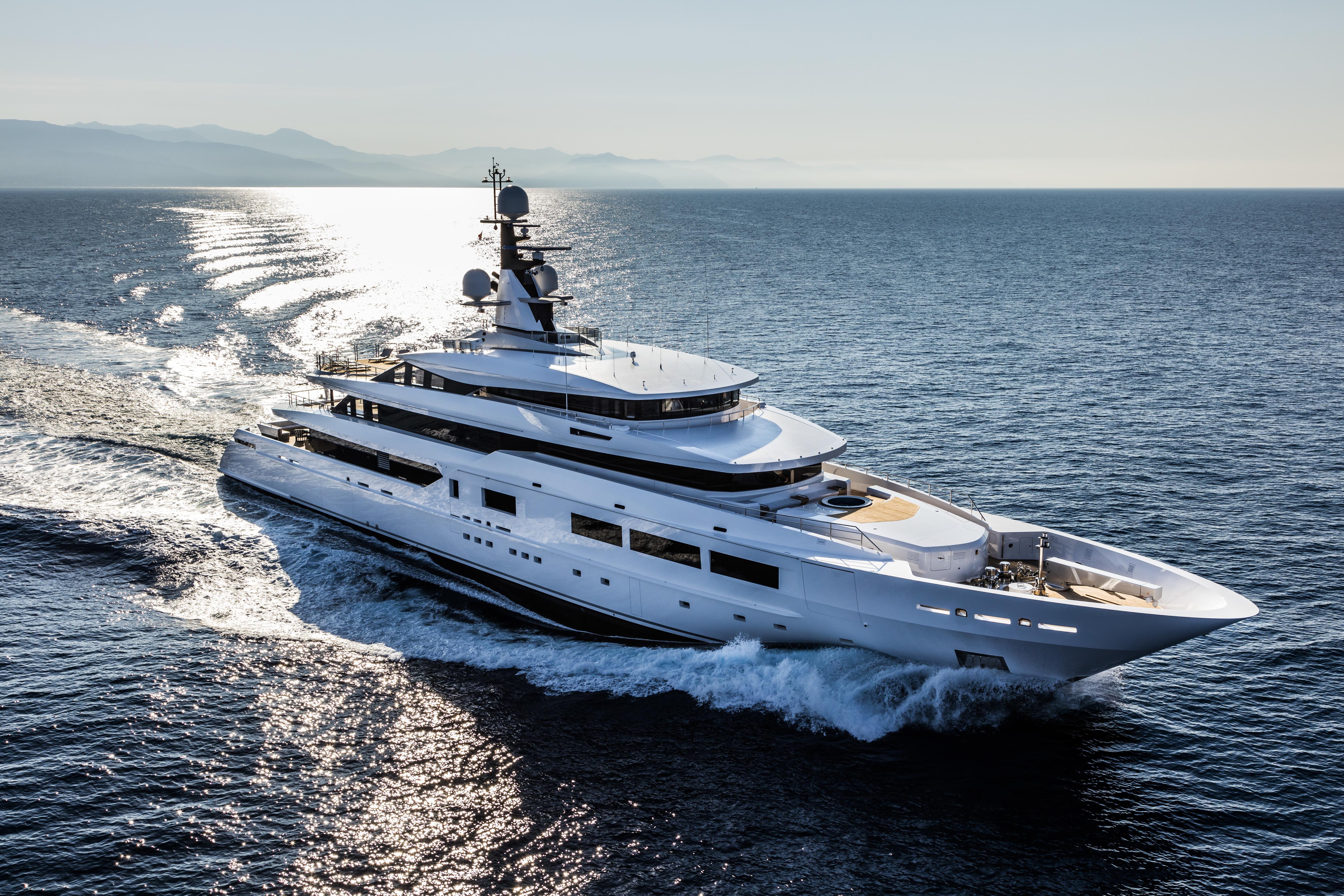 Yacht SUERTE - Profile Underway