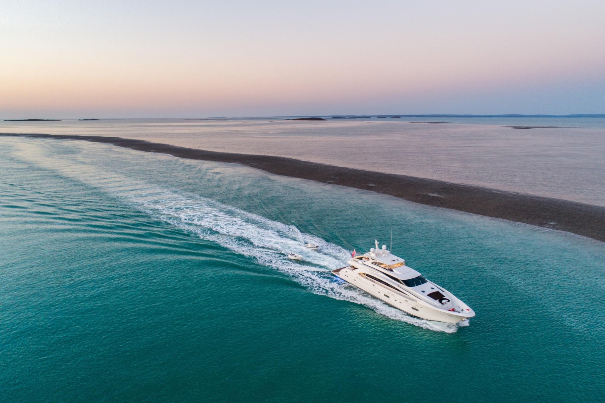 35m Motor Yacht PARADISE - Cruising Montgomery Reef