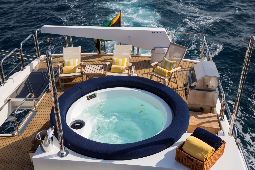 Charter yacht RESTLESS - Tub