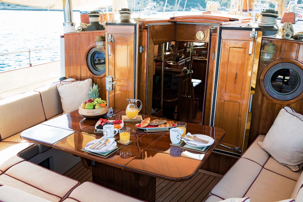Classic SY SILVER SPRAY - Aft deck dining