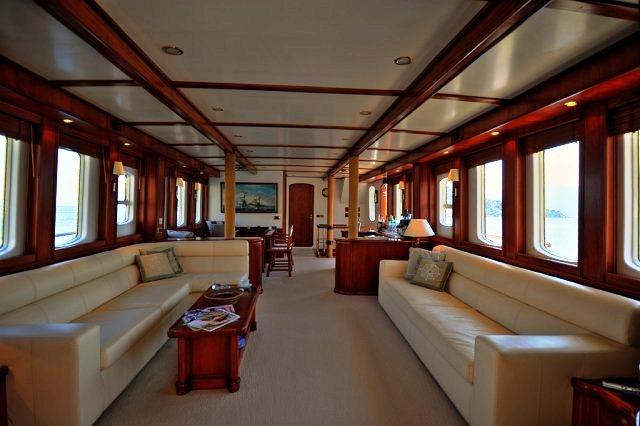 Classic Yacht El Bandido -  Salon looking forward