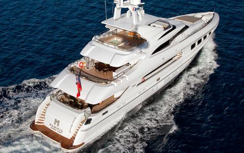 Luxury Charter Yacht MANIFIQ Stern running shot
