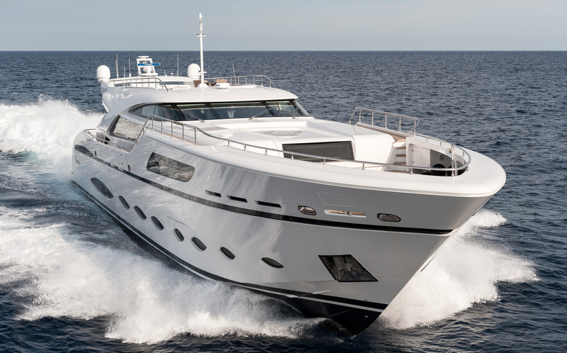 Luxury yacht FAST & FURIOUS at top speed