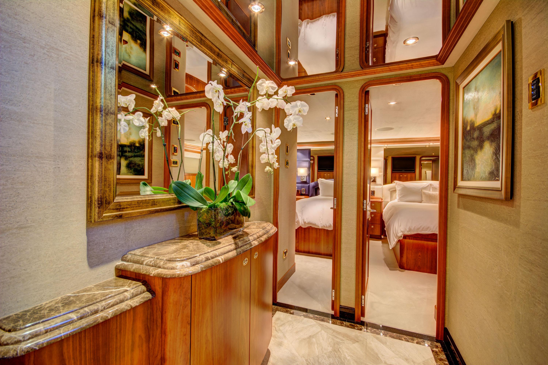 MAGGIE - Guest cabin foyer