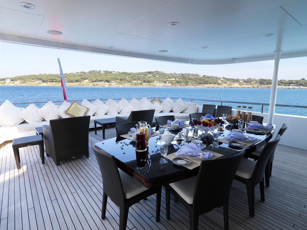 MY LITTLE VIOLET - Bridge deck dining