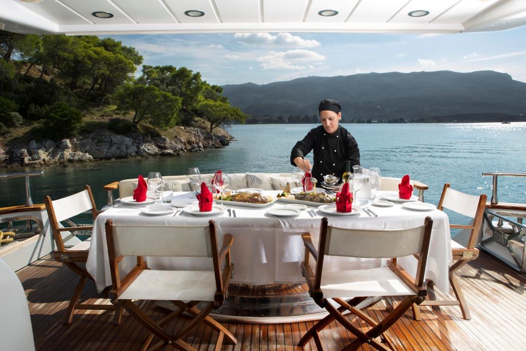 MY NITTA V - Aft deck dining