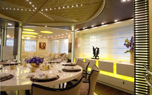 Motor Yacht E&E - Dining 2