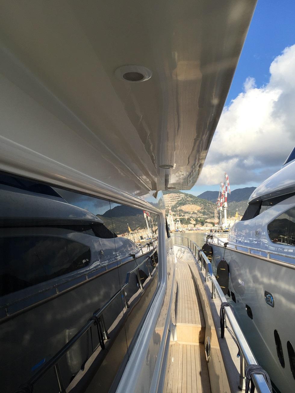 Motor Yacht HAPPY FEET - Side deck