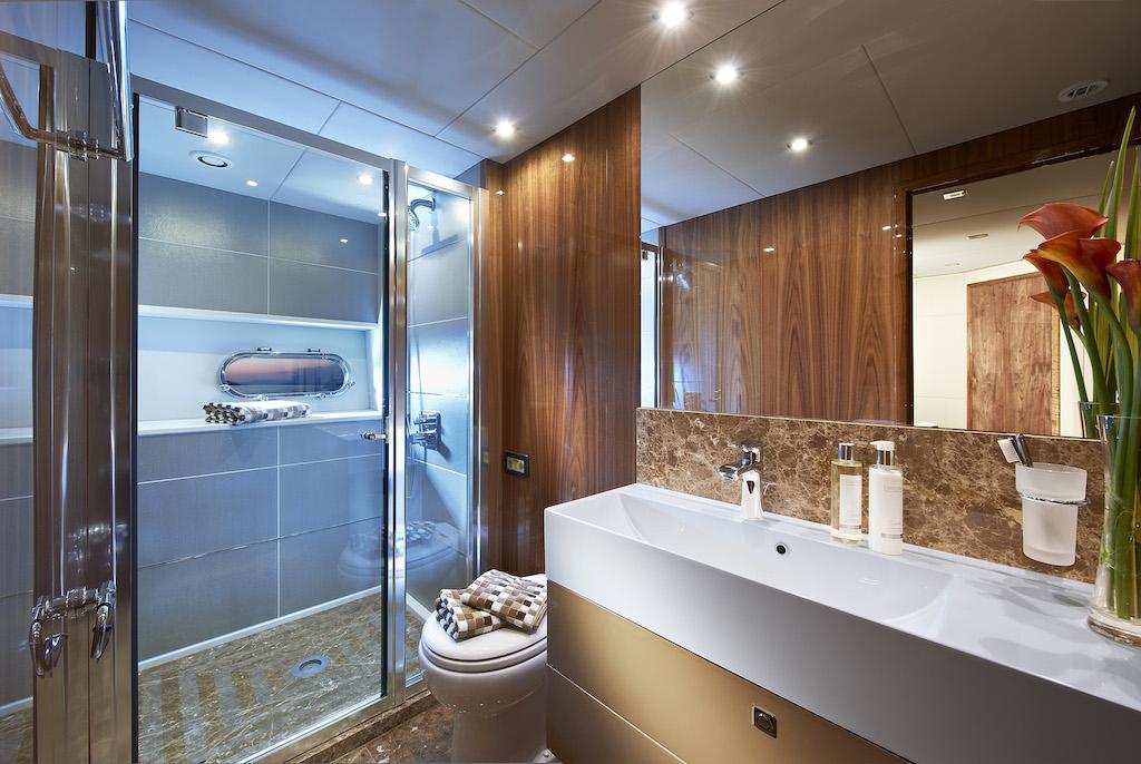 Motor Yacht HIGH ENERGY - Guest Bathroom