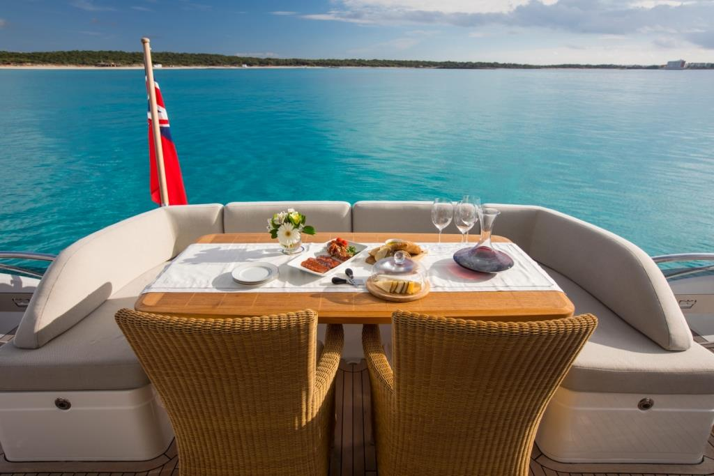 Motor Yacht LA VIE - Aft deck dining