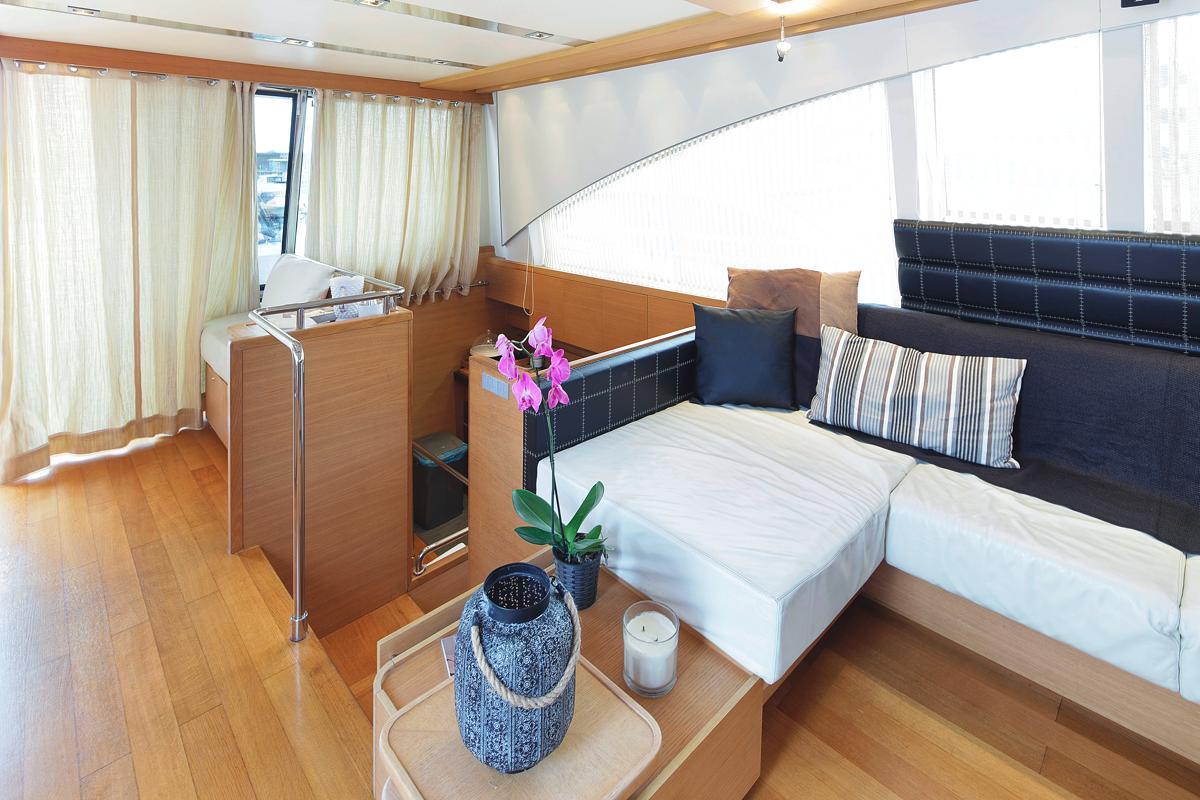 Motor yacht ARWEN - Sofa and steps to cabins
