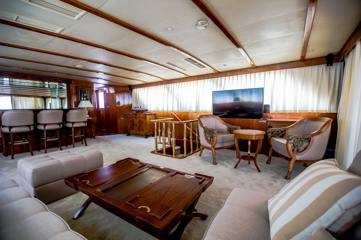 Motor yacht AURIANE - Salon with TV