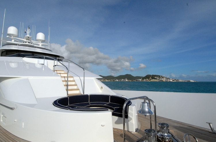 Motor yacht Dona Lola -  Foredeck