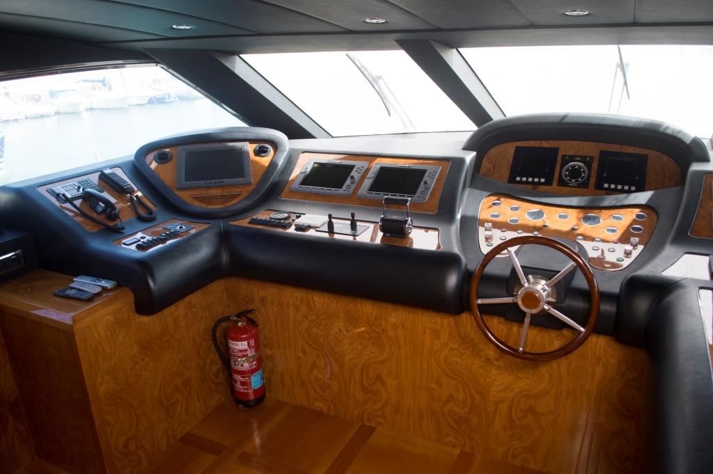 Motor yacht KIRIOS - Bridge deck