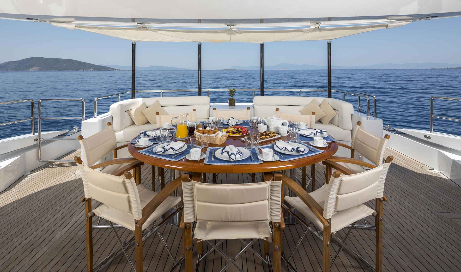 Motor yacht L'EQUINOX -  Aft deck dining