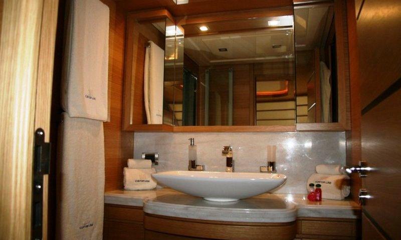 Motor yacht LADY CHATTERLEY -  Master Bathroom