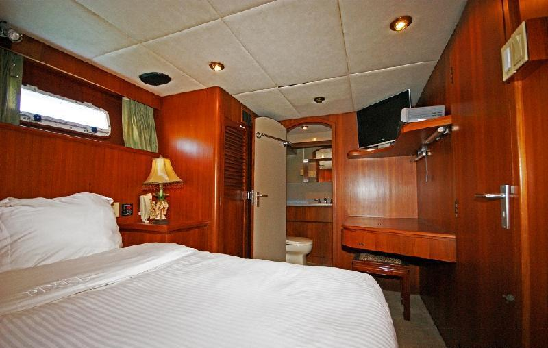 Motor yacht PIXEL -  Queen Cabin View to Ensuite