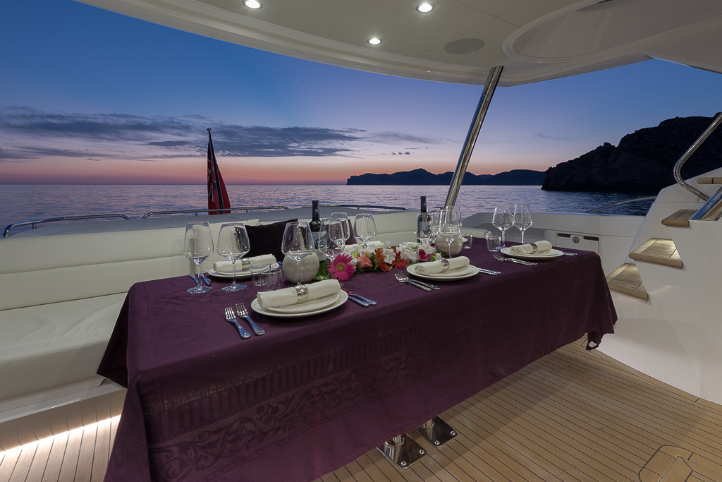Motor yacht SEAWATER - Aft deck dining