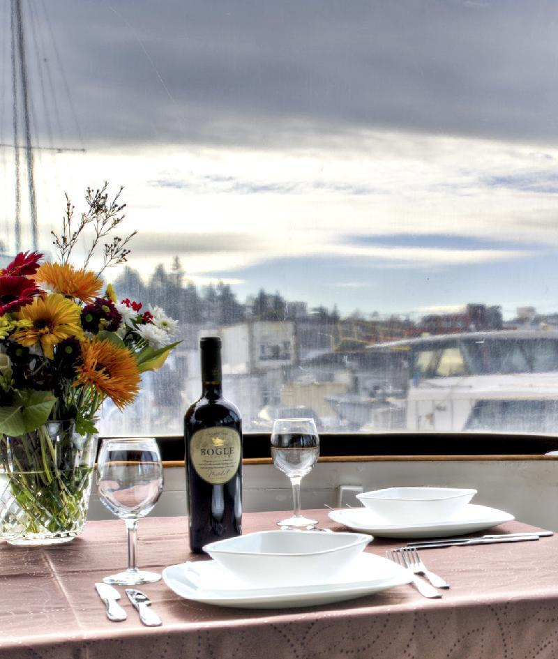 Motor yacht VIAGGIO -  Dining on the Aft Deck