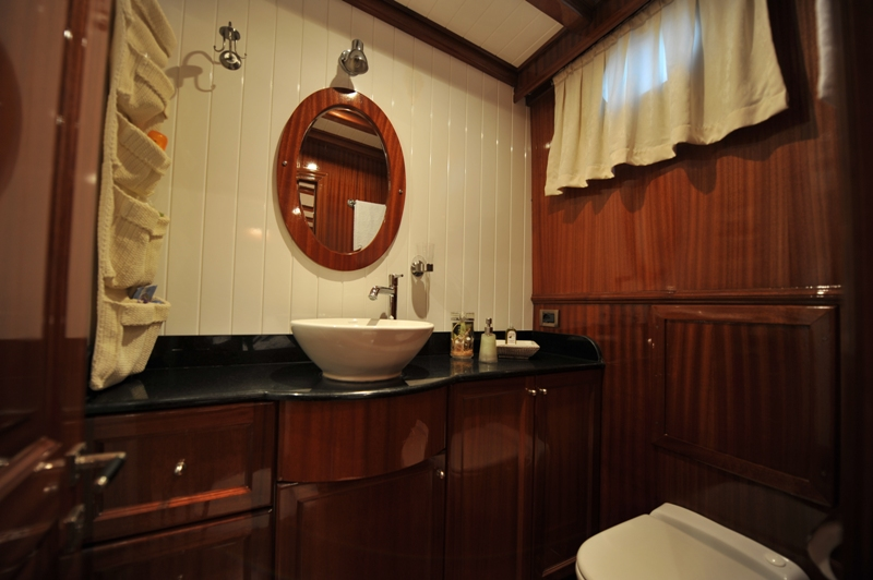 Queen of Datca - Twin Cabin Bathroom