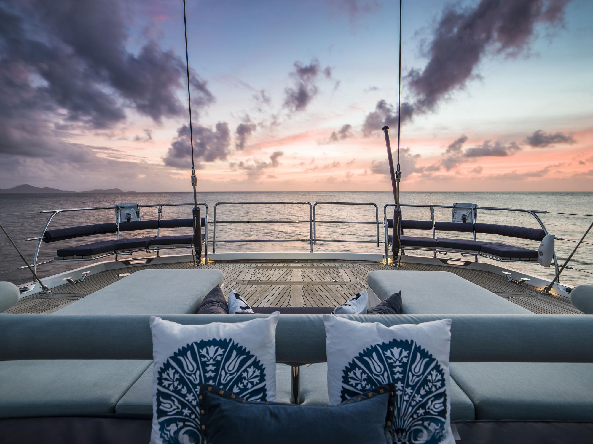 SY TWILIGHT - Aft deck by night