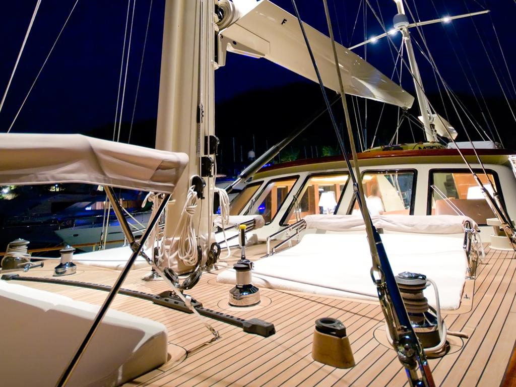 Sailing Yacht DAIMA - Sunpads