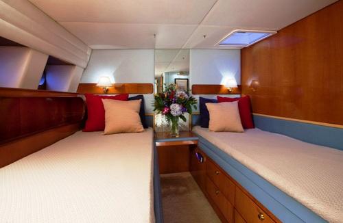 Sailing yacht APACHE -  Twin Cabin