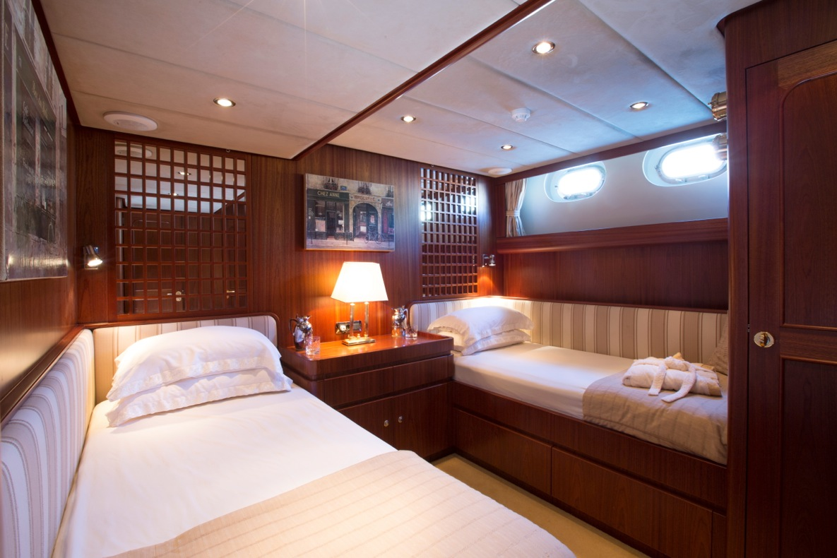 Sailing yacht INFATUATION - Twin Cabin