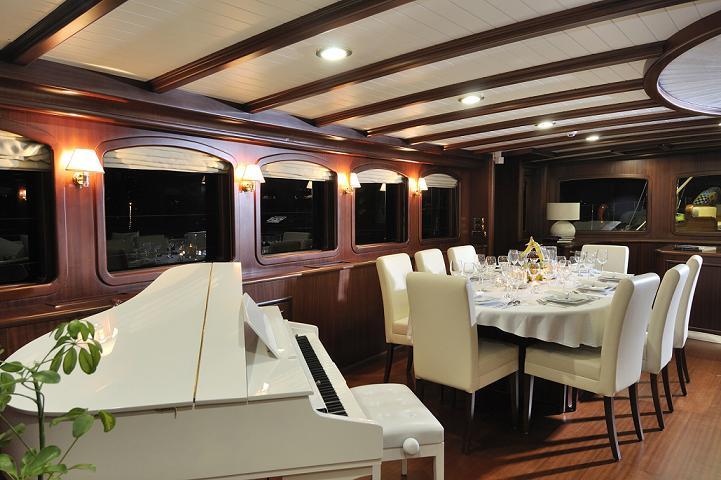 Sailing yacht REGINA - Salon with piano