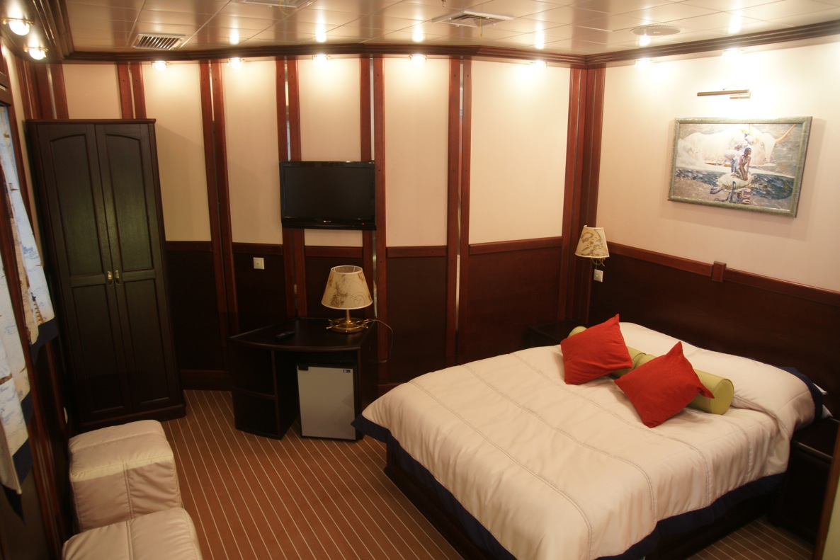 Sailing yacht RUNNING ON WAVES -  Cabin 3