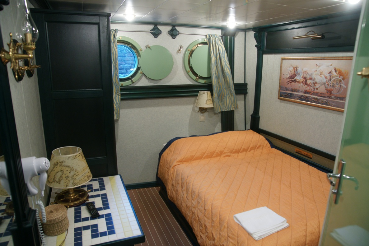 Sailing yacht RUNNING ON WAVES -  Cabin 4