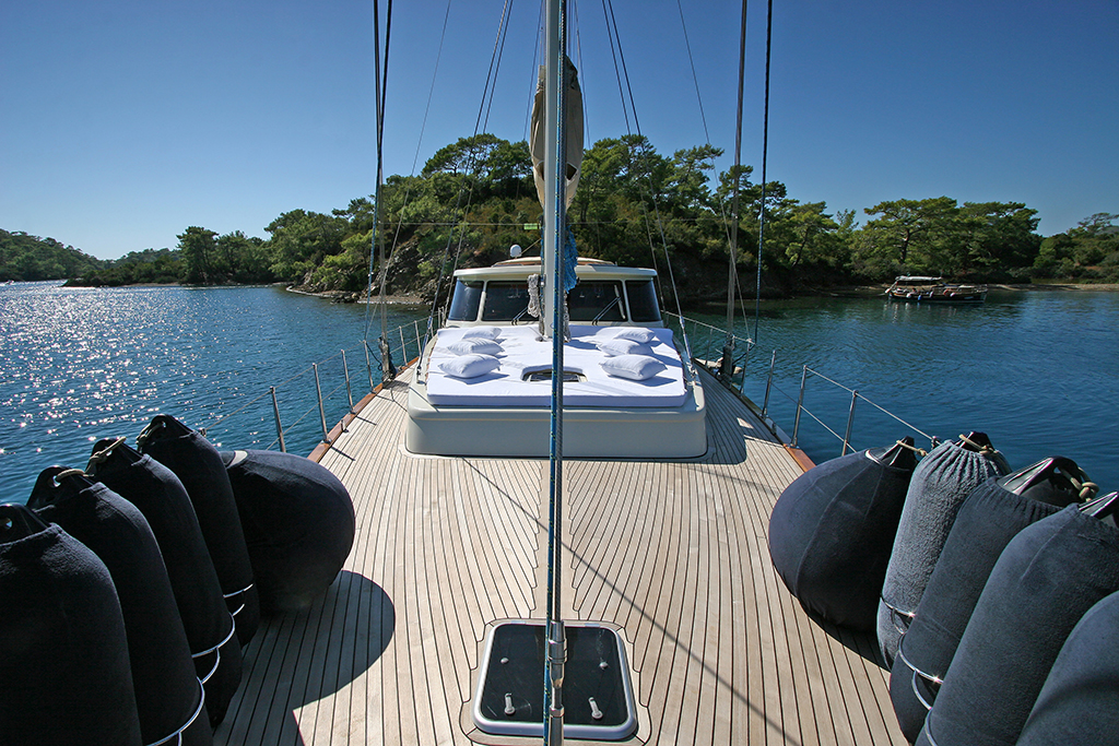 Sailing yacht TANGO CHARLIE - Foredeck