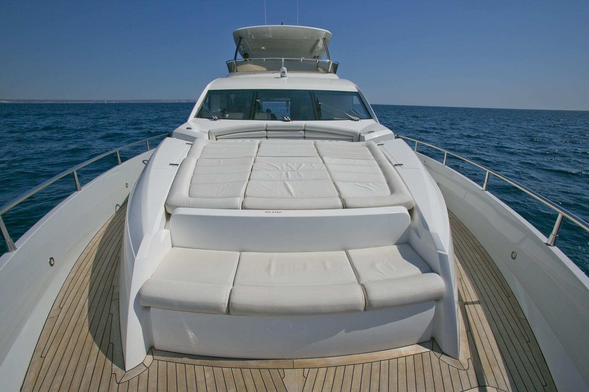 Sunseeker yacht 73M - Foredeck sunpads