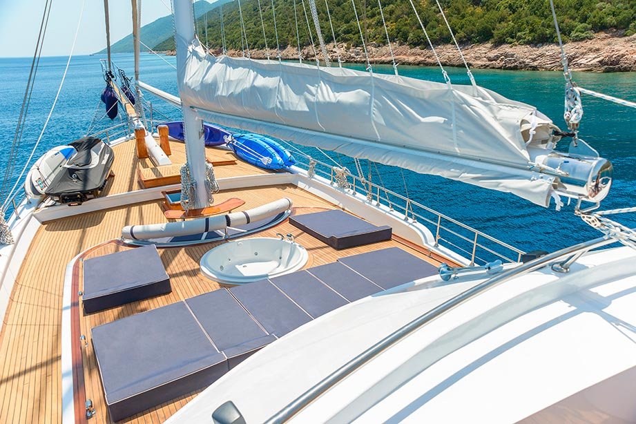 Yacht BELLAMARE - Foredeck Jacuzzi and Sunpads