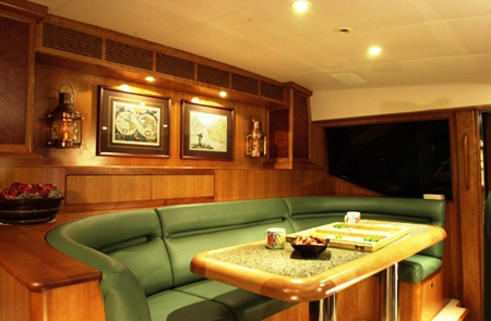 Yacht BESAME -  Pilothouse seating