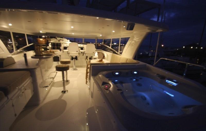 Yacht CHILLS - Flybridge Spa Pool