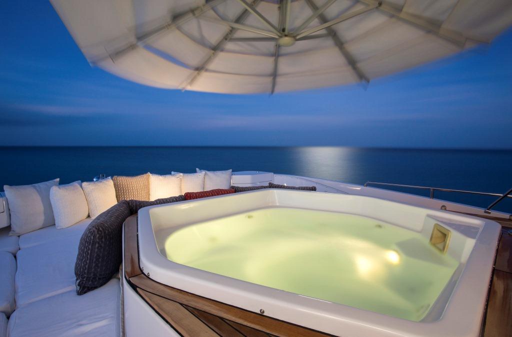Yacht Camarina Royale -  Sundeck Jacuzzi