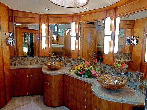 Yacht GO -  Master Bathroom