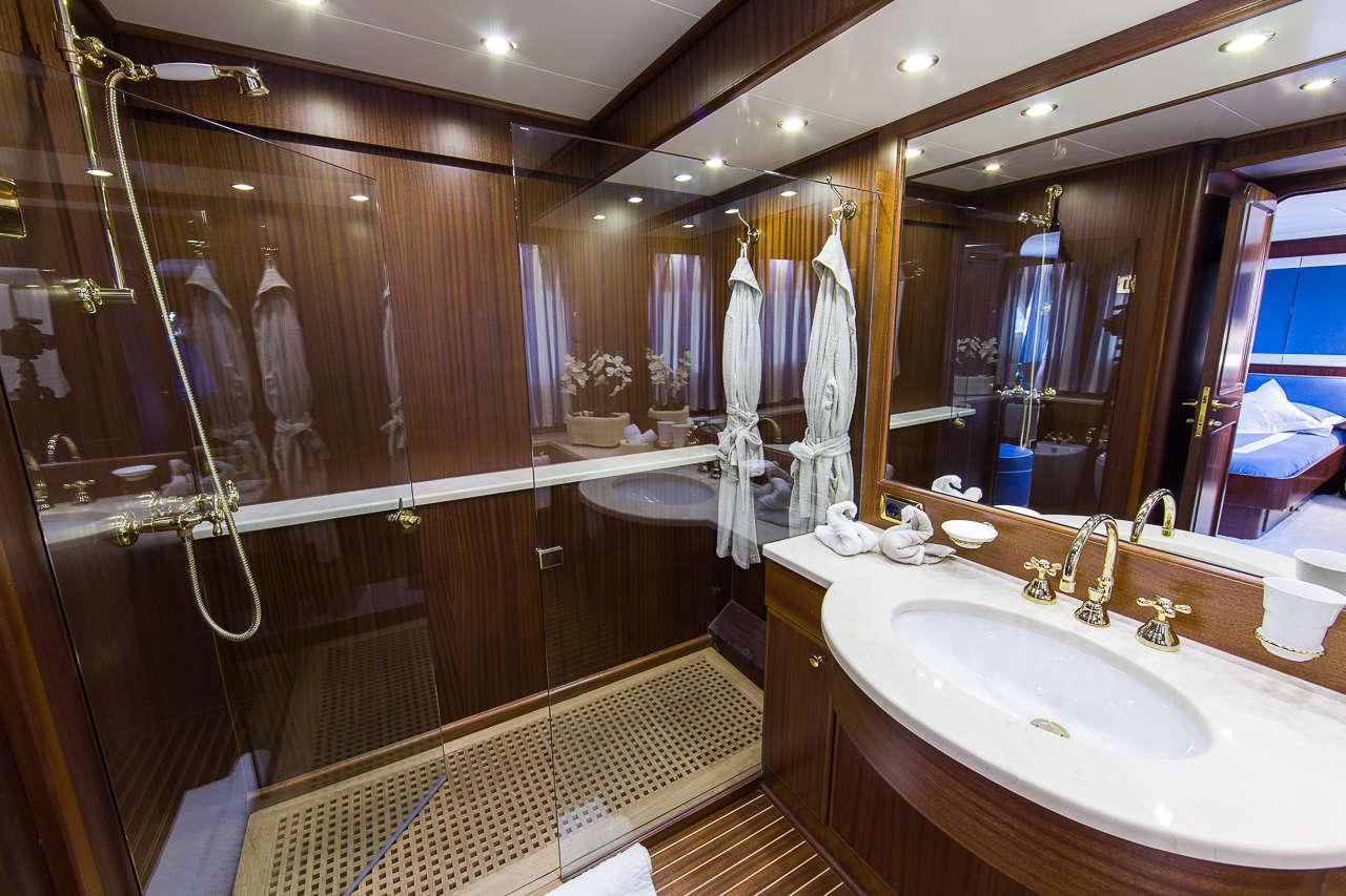 Yacht INDIA - Master Bathroom