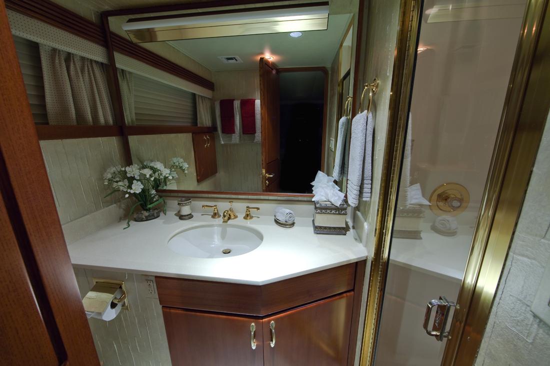 Yacht LOOSE ENDS -  Double Bathroom