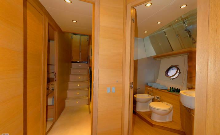 Yacht LUCIGNOLO -  Guest Bathroom and Hallway