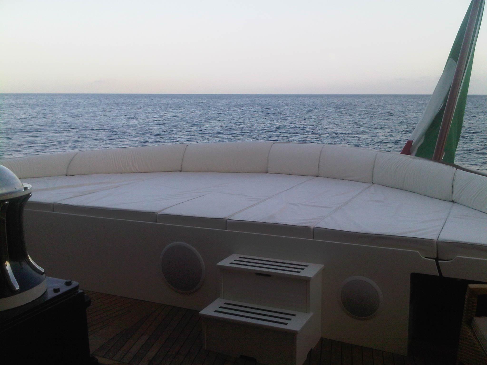 Yacht MASTIFF -  Sunpads on Canoe Stern