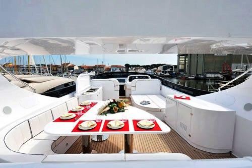 Luxury maiora 32 motor yacht marnaya charter debut in for Motor boat rental greece