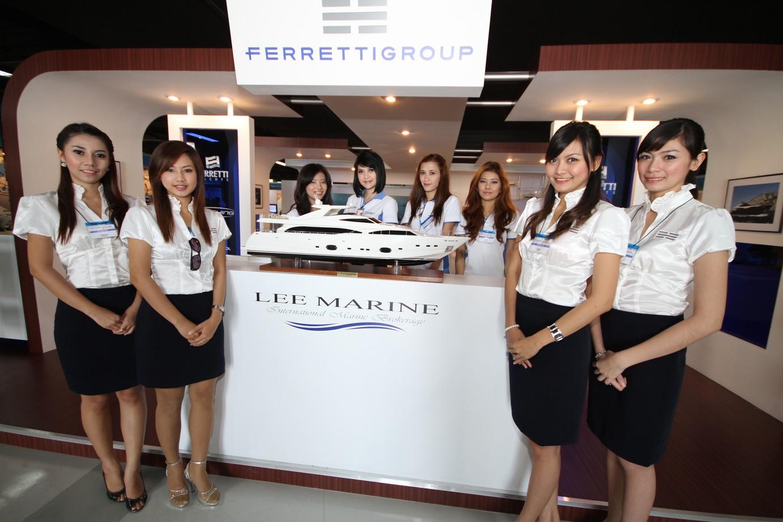 LEE MARINE PIMEX GIRLS ON STAND
